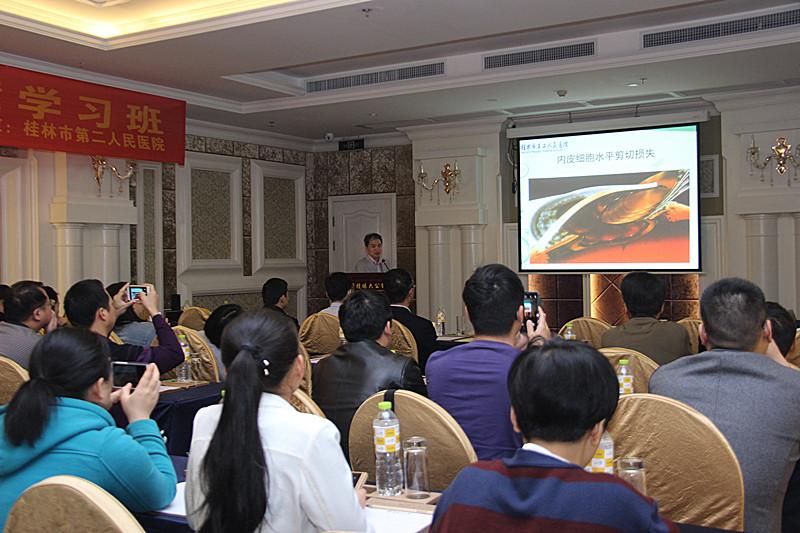 图为桂林市第二人民医院眼科主任温利辉在为学员们授课.jpg