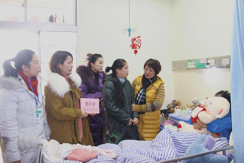 图为桂林市妇联与爱心企业代表向住院女童家属送去慰问金_副本.jpg