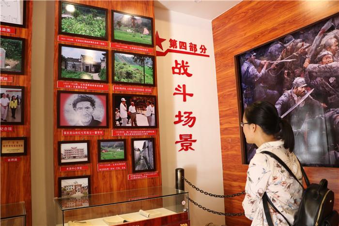 (二)党员在红七军纪念馆内认真学习先烈事迹1.JPG