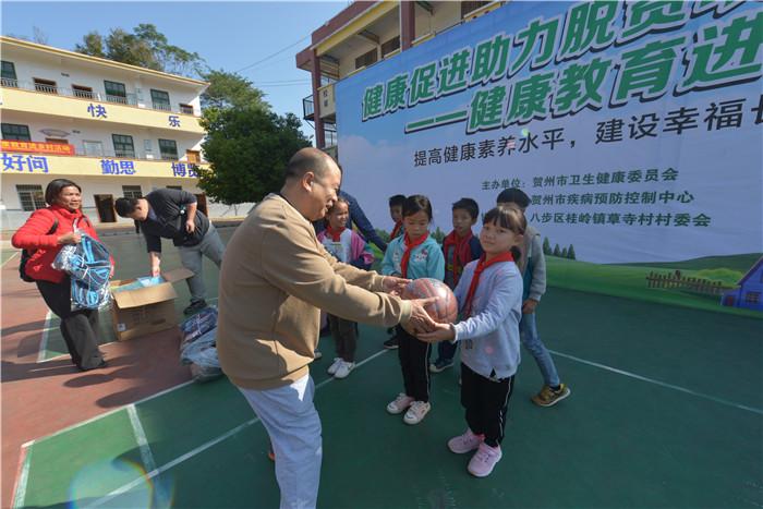 (三)市卫健委党组成员韦志刚代表主办单位向学校捐赠助学物资。.JPG