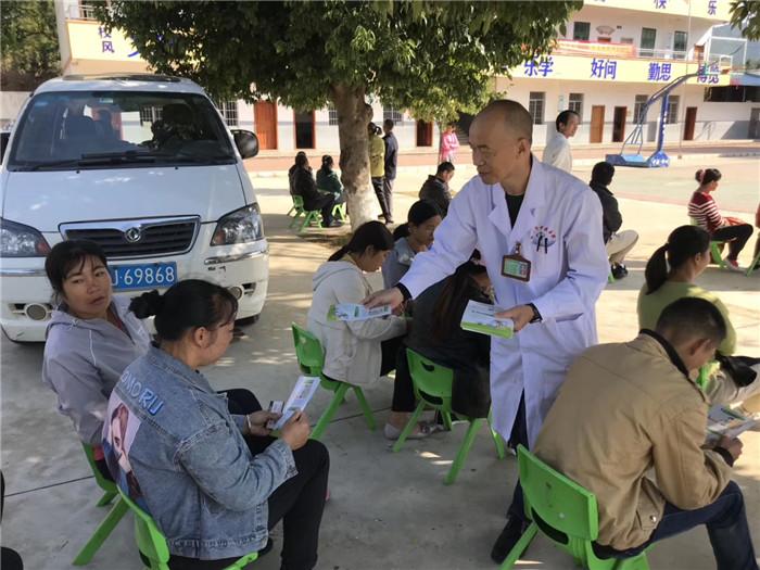 七、活动现场中医专家正在给村民们派发宣传资料.jpg