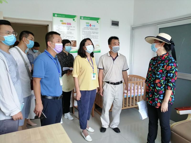 图为韦凤云一行在桂林市第二人民医院母婴室督查_副本.jpg
